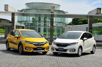 Обновленные хэтчи Honda Fit уже в дилерских центрах Японии. Слева на фото модель Cross Style — для любителей машин внедорожного стиля.
