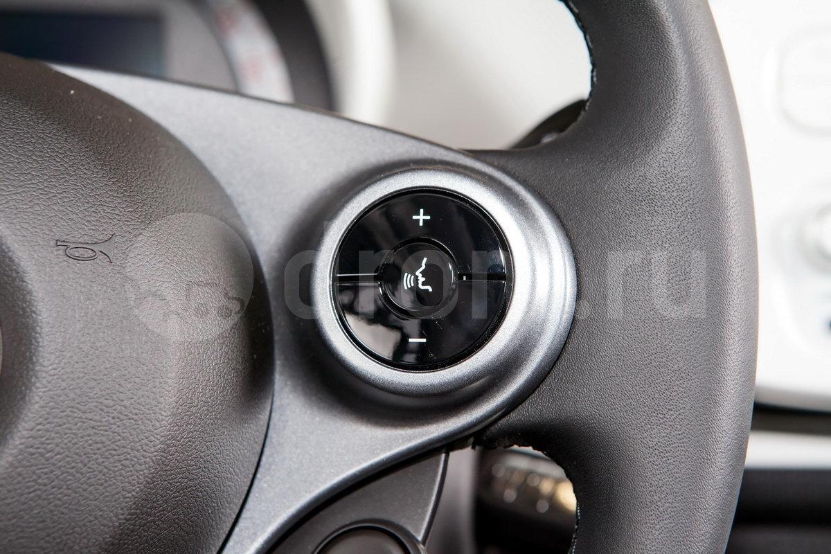 Дополнительное оборудование аудиосистемы: 2 динамика (стандарт), USB, AUX, голосовое управление (опции)