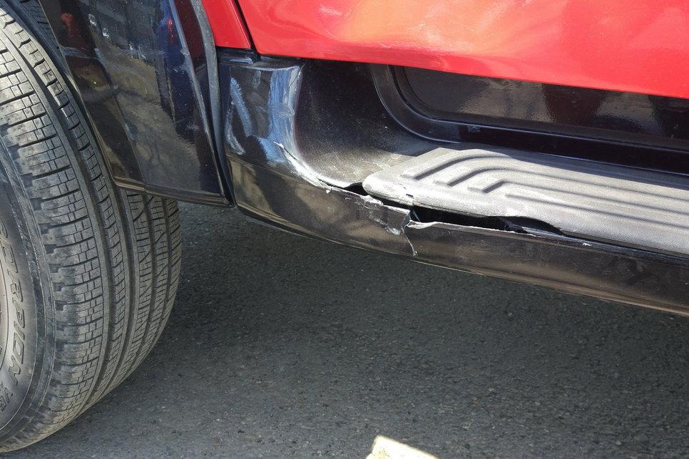 Повреждения на двери заснять трудно: из-за наклейки вмятина не очень видна. Поэтому есть фото только разбитого порога