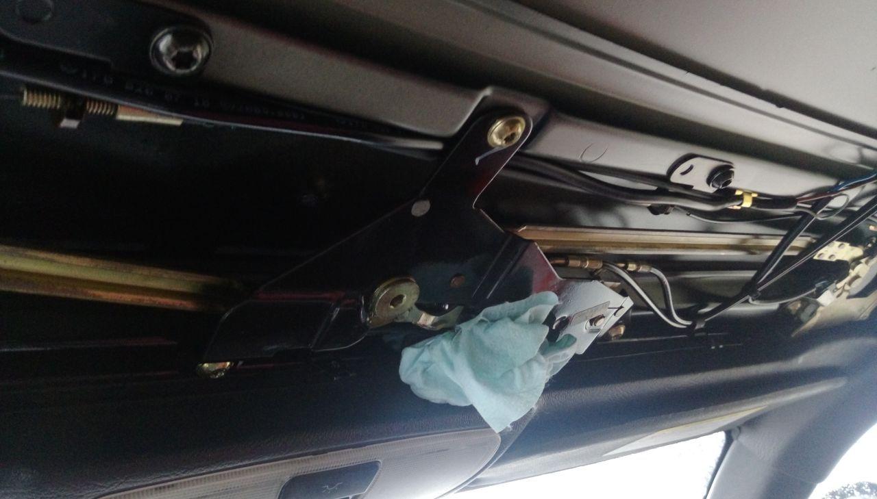 Протёкший цилиндр крыши, механизм замка, тряпочка и снятая обшивка