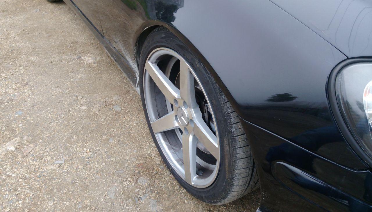 Вот так колесо зажевывало крыло, пока я не поменял верхний рычаг