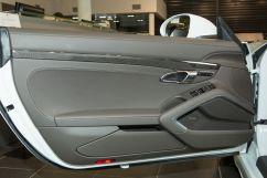 Декоративная отделка: Обод рулевого колеса и вставки на дверных ручках с отделкой гладкой кожей в цвет интерьера, рычаг КПП - с отделкой гладкой кожей черного цвета