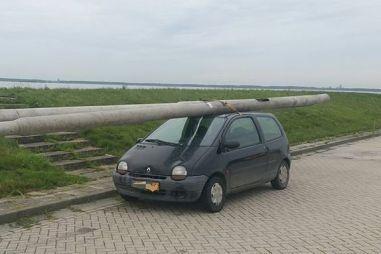 Водитель в Нидерландах украл два фонарных столба и повез их на крыше