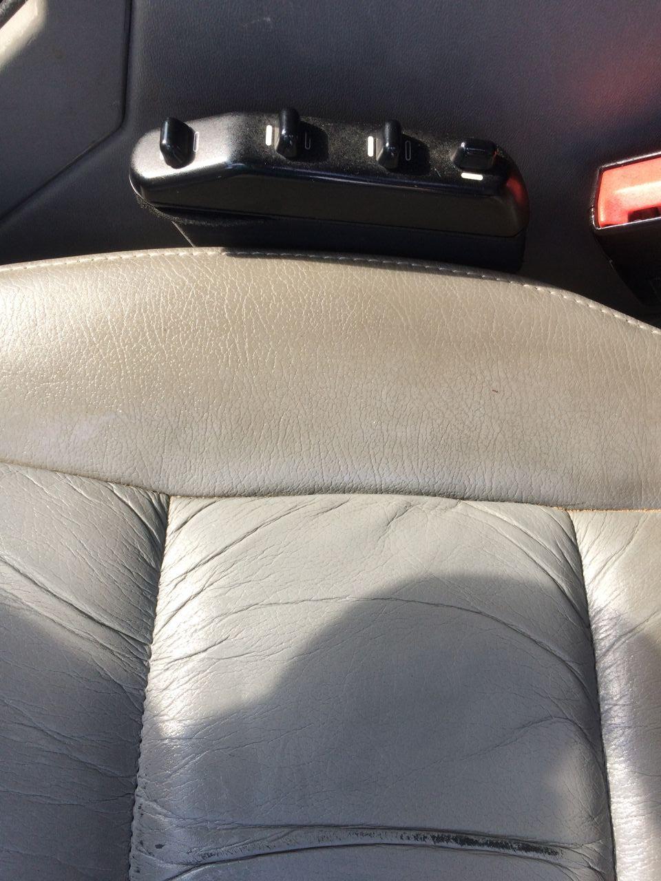 Кожа после чистки и обработки кондиционером для автокожи стало намного приятие и мягче. Разницу чистой сидушки и какой была она изначально видите сами. По середине отчищенная сидушка, а возле подлокотника в родной грязи.