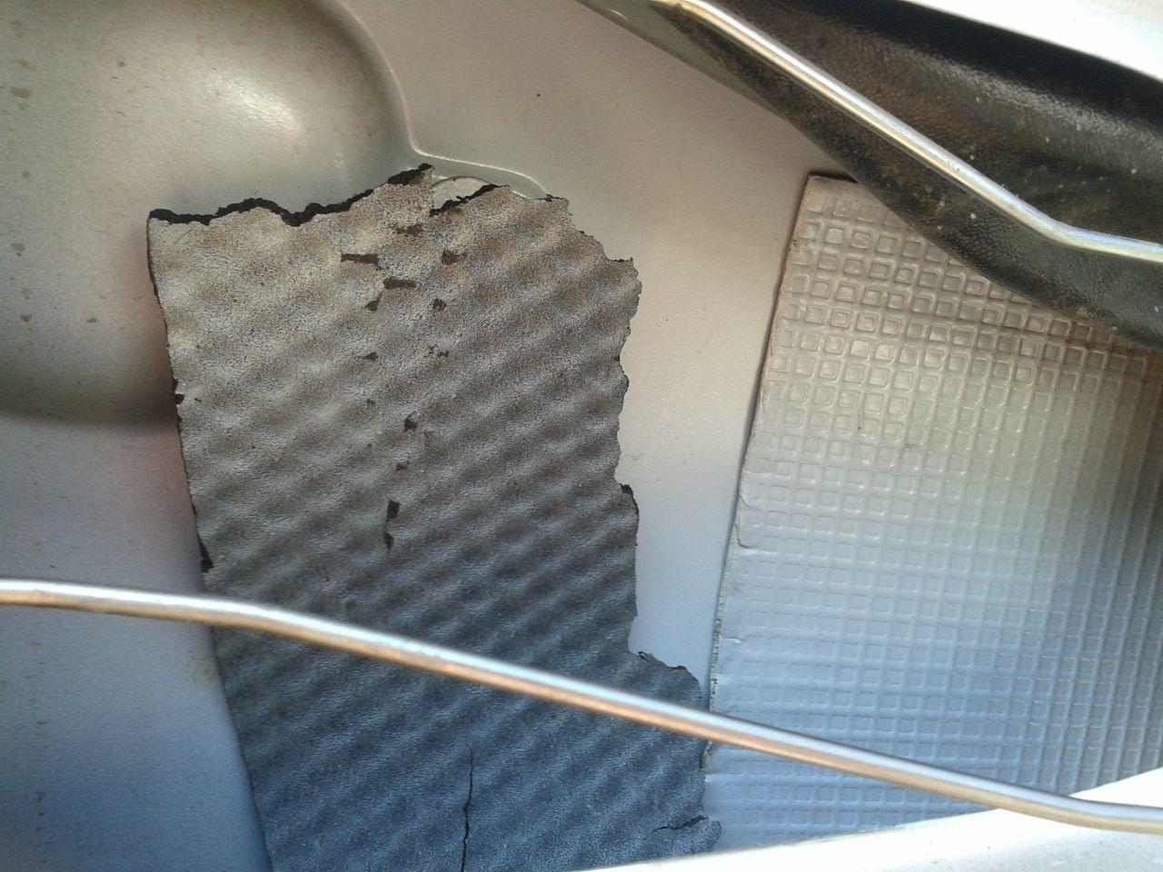 А это левая задняя дверь, которой повезло тем, что после повреждения её перекрасили. Слева от крашеной накладки фрагмент накладки с другой двери, наклеенной на заводе.