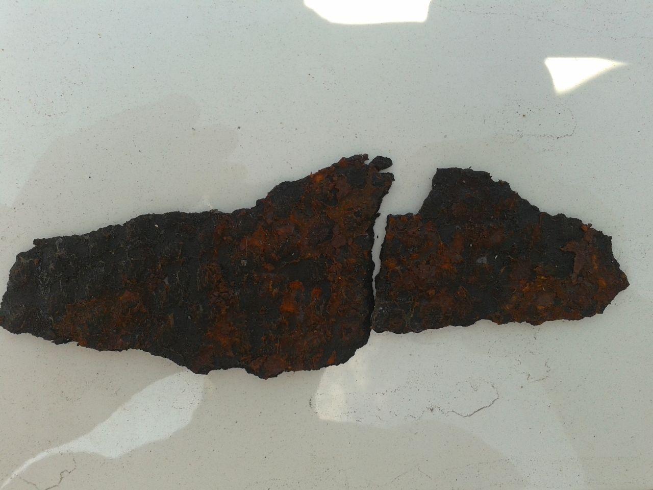Куски накладок с фрагментами ржавого металла от дверей.