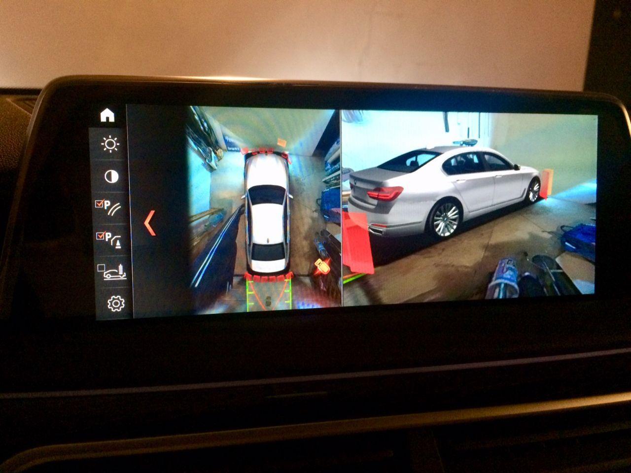 Комп рисует проекцию машины и показывает чьи-то ноги :)