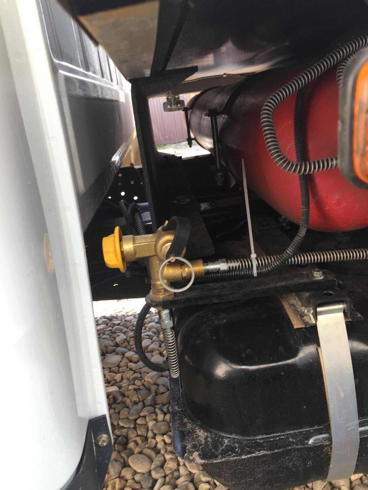 Заправочное устройство метана.  Лучше его было поставить под капотом. Тут оно будет обмерзать зимой