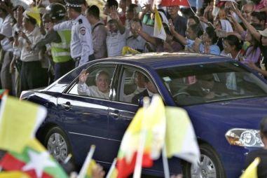 Папа Римский ездит в пробежном праворульном Toyota Mark II (движение правостороннее) O_o