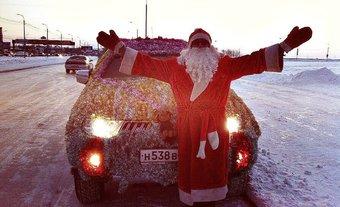 Жители Хабаровска настолько привыкли видеть «новогодний» джип в мишуре, что помогли владельцу машины собрать средства на ее украшение в этом году.