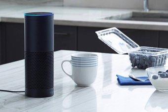 На фото слева — колонка Amazon Echo, в которой работает голосовой помощник Alexa. Именно его Toyota планирует встроить в ближайшие два года в свои автомобили.