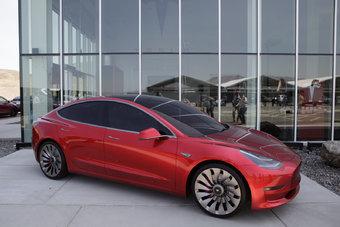 Батареи для Tesla Model 3 собирают в авральном режиме.