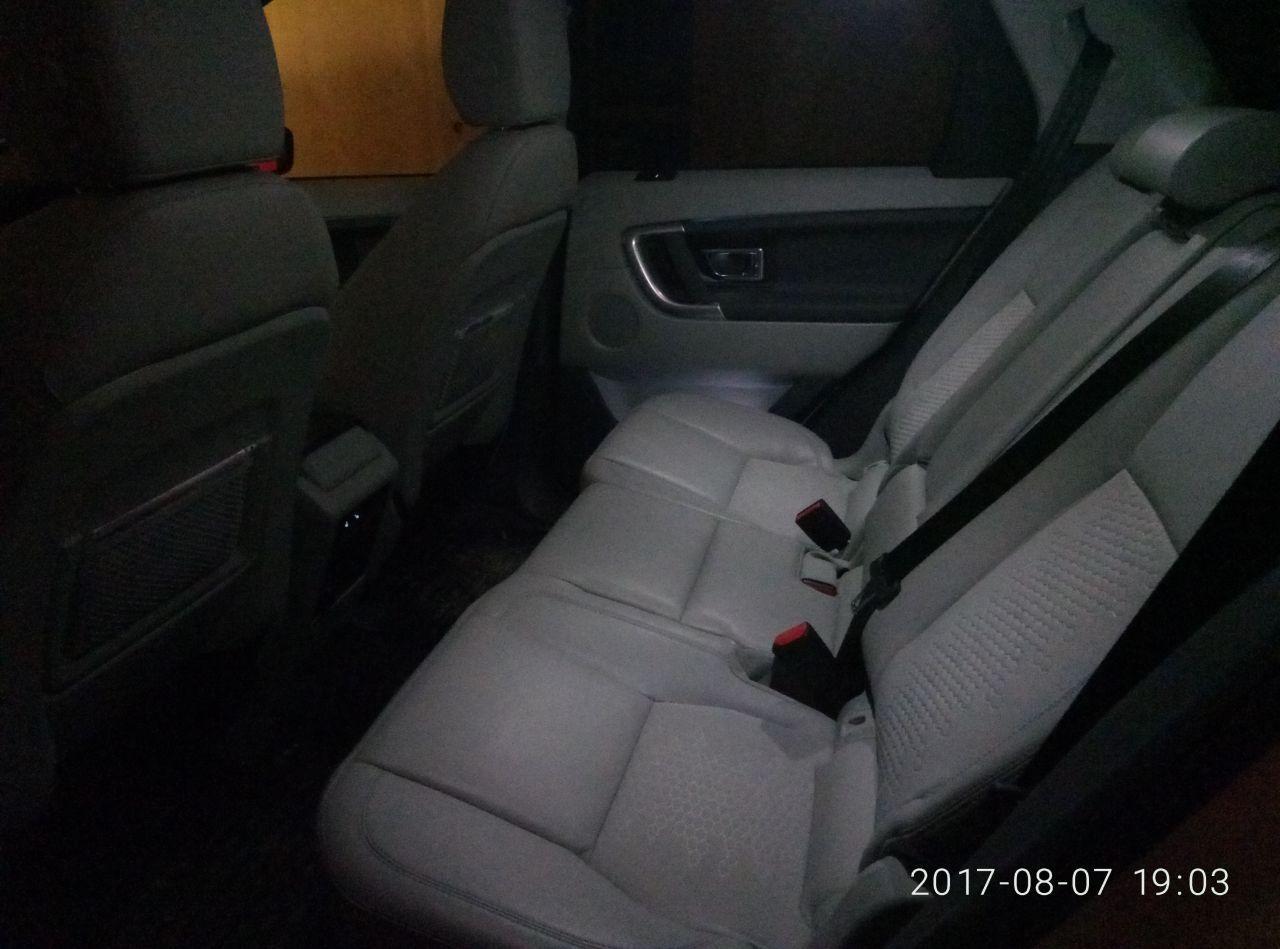 Задние сиденья с трехступенчатым подогревом, регулируются вперед-назад и по наклону спинок.