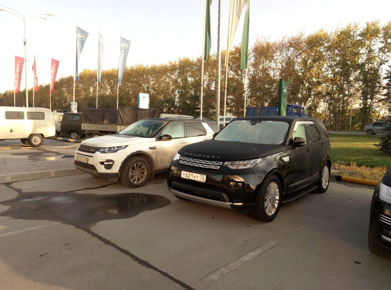 Слева старший брат, рядом автосалон УАЗ, ловко Ленд Ровер у УАЗа клиентов отбивает...