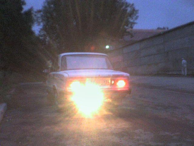 А это освещение заднего хода при помощи противотуманки от ВАЗ-2110. В полной темноте можно было сдавать назад по зеркалам, разглядывая камешки на земле. Била метров на 7.