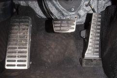 Декоративная отделка: Отделка интерьера алюминием, интерьер темно-красного или светло-серого цвета, металлические накладки на педали