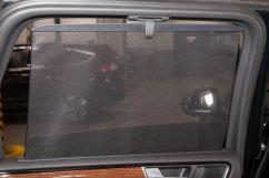 Дополнительно: Стояночный отопитель/вентилятор; Передатчик команд управления шлагбаумом, гаражом и пр. (опция); Сетчатая перегородка с багажнике, коврик багажника и багажная сетка (опция); Шторки на задних дверях, ручные (опция); Выдвижной фаркоп с электроприводом (опция); 2 хромированных треугольных патрубка выхлопной системы; Накладки на пороги из нержавеющей стали с подсветкой `Executive Edition`; Шильдик R-Line на переднем бампере