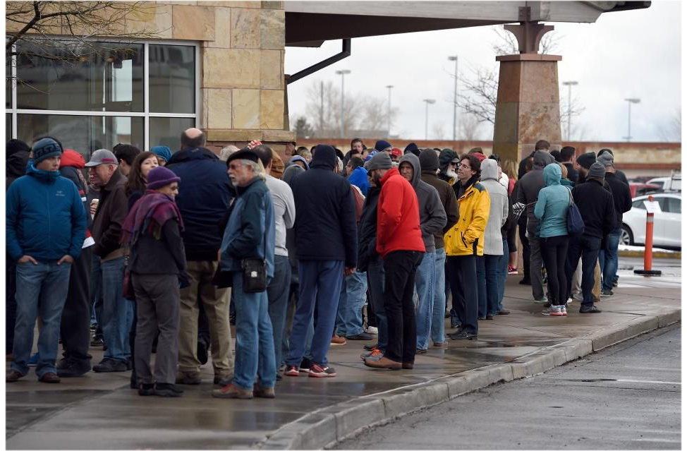 Фанаты Тесла стоят в длинных очередях, чтобы сделать предзаказ на новую Теслу. 31 марта 2016 года