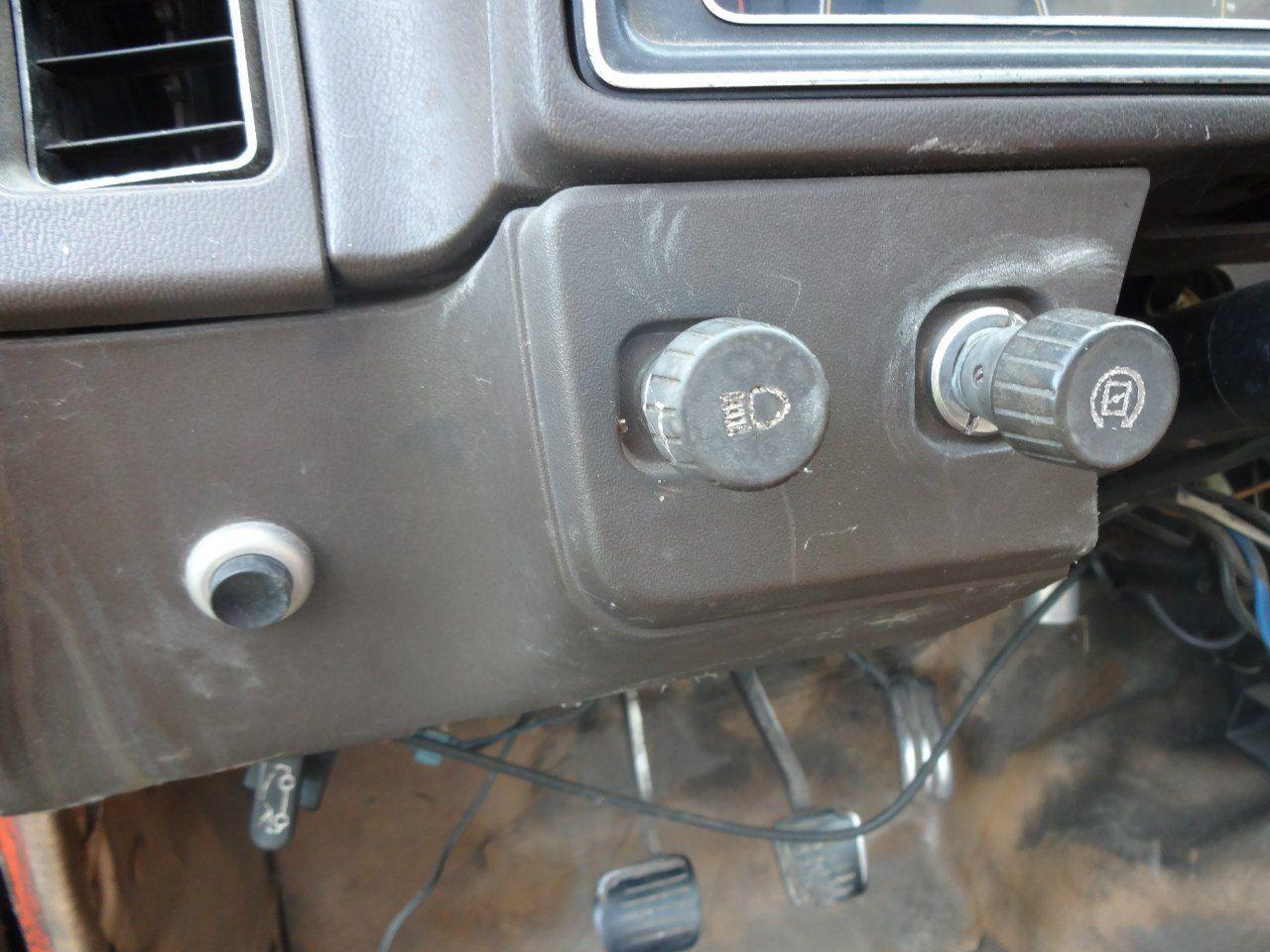 Крутилка справа - ручной регулятор оборотов дизеля. Используется при прогреве мотора. Слева - кнопка омывателя фар.