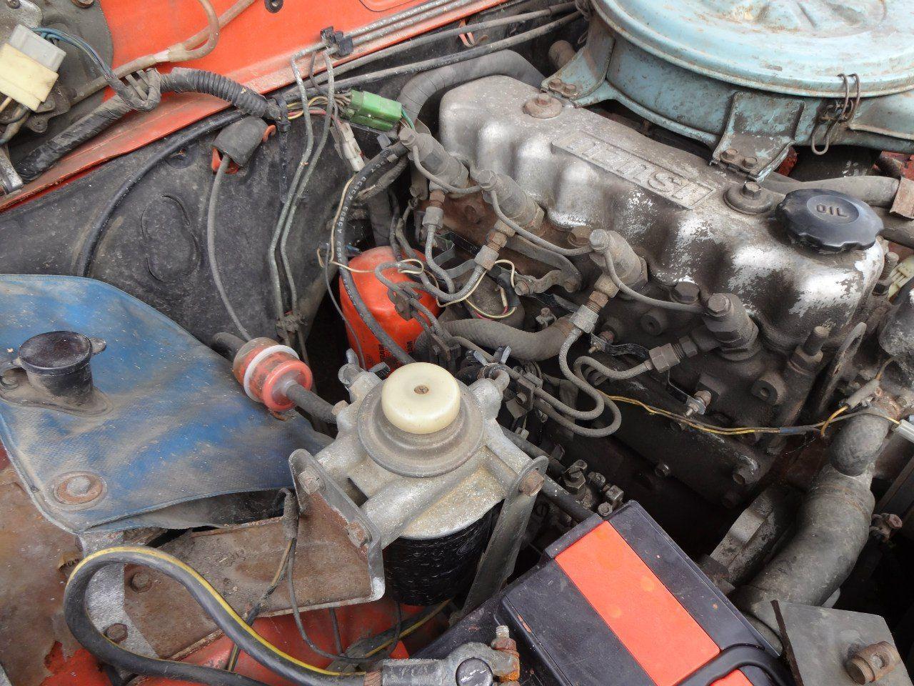 """Дизельный мотор Isuzu C190. Слева виден синий """"мешок"""" для жидкости стеклоомывателя."""