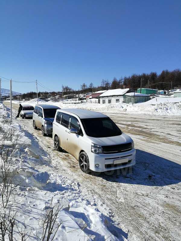 Toyota Voxy, 2010 год, 945 000 руб.