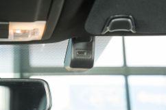 Дополнительно: USB-разъем в потолочной консоли для удобной подзарядки устройств с креплением на лобовом стекле