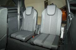 Третий ряд сидений: разделены 50:50, складываются в пол