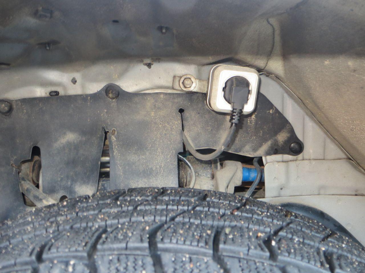 Вывод питания ЛунФэя. Розетка для того, чтобы шнур не болтался. 2 руки  легко проходят между колесом и крылом чтобы соединить шнур ЛунФэя и кабель GSM Розетки.