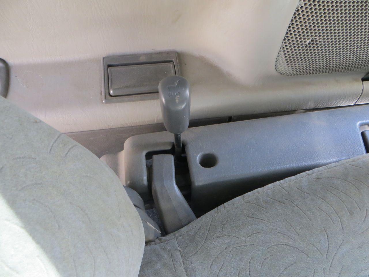 Рычаг управления 3 рядом. Можно сидя на кресле двигаться вперед-взад, тем самым либо увеличить объём багажника, либо его уменьшить.