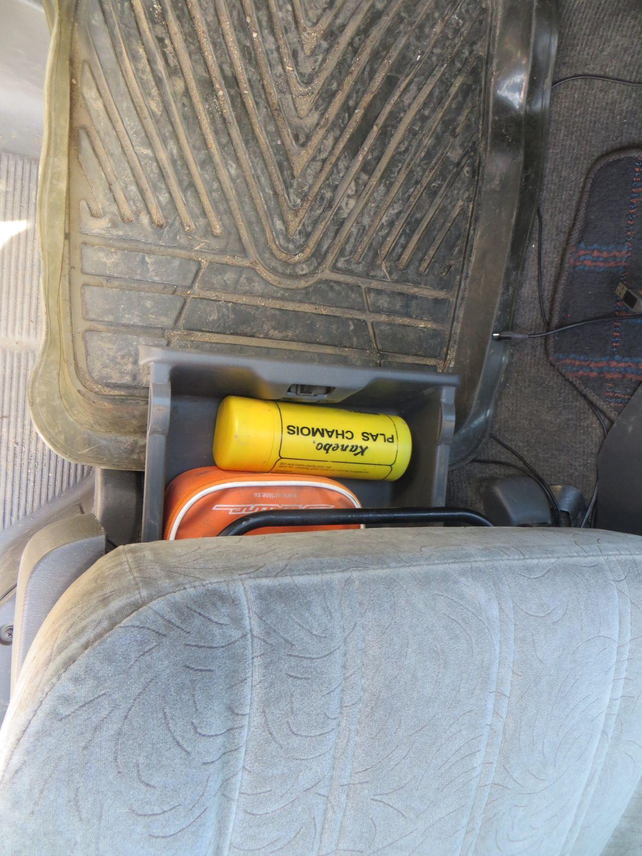 Выдвижной ящик под сидением переднего пассажира (у меня тут аптечка и тряпка + ещё входит пол литровая бутылка воды). Вид сверху как Вы поняли)))