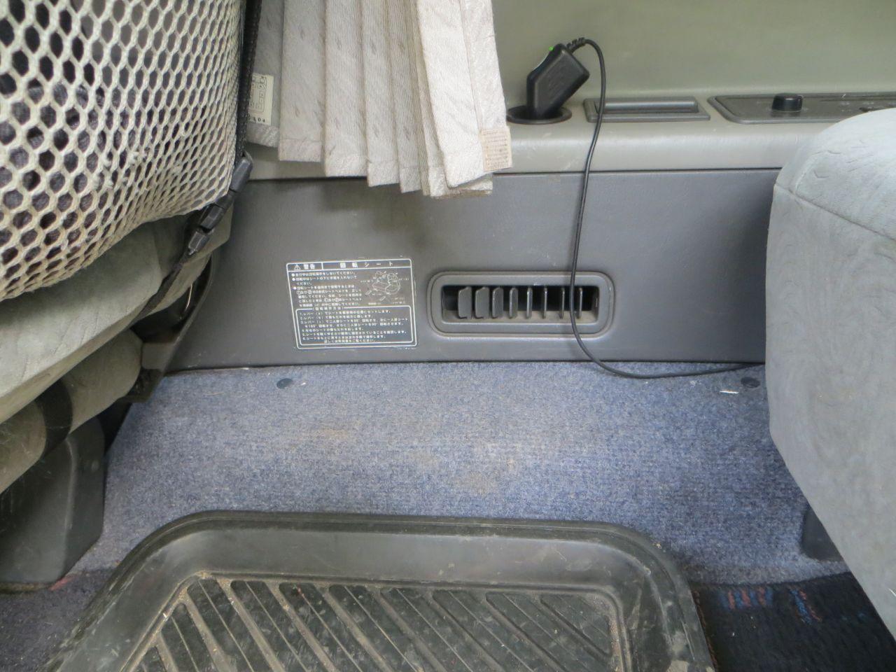 Воздуховод к ногам 2 ряда. Дует так, что доходит до пассажира у сдвижной двери.