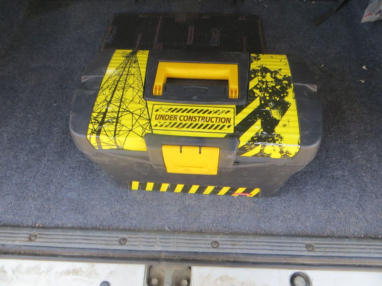 Всегда вожу с собой ящик с инструментами, мало ли чего...