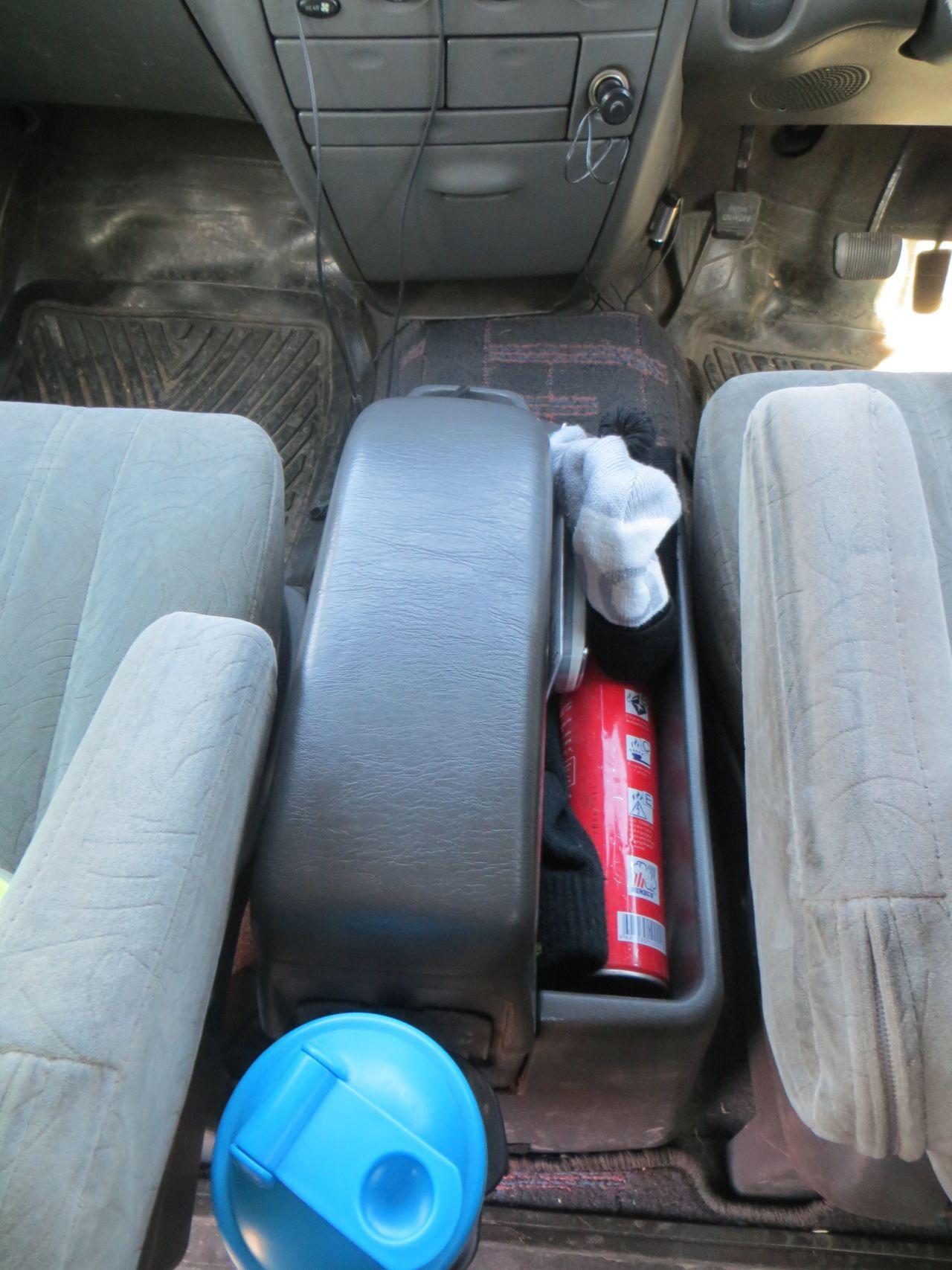 Бардачок между передними сидениями