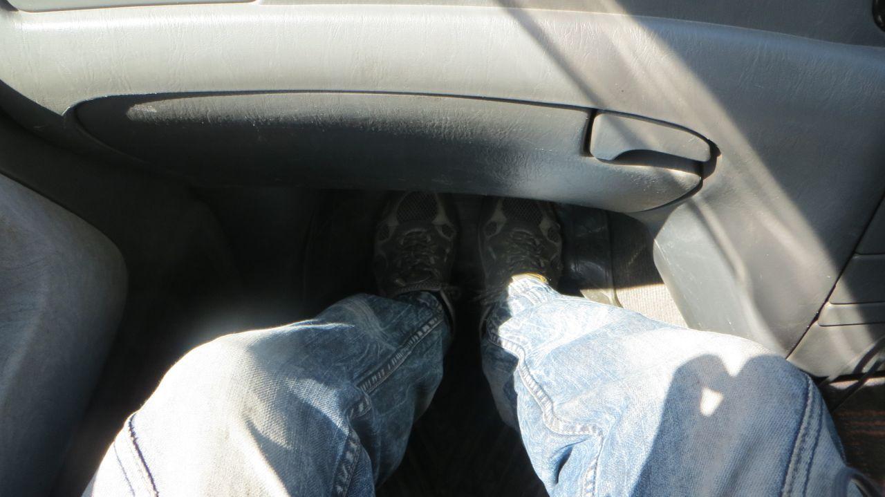 Передний пассажжир (запас приличный до бардачка, если учесть, что сзади пассажир сидит нога на ногу).
