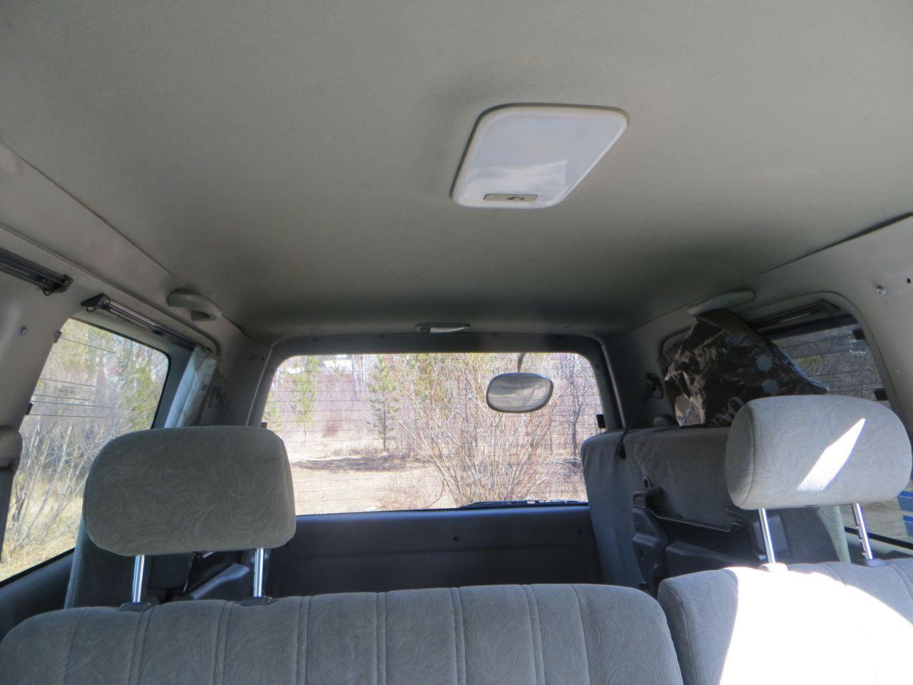 Плафон дневного света в середине потолка. Для багажника - свой.