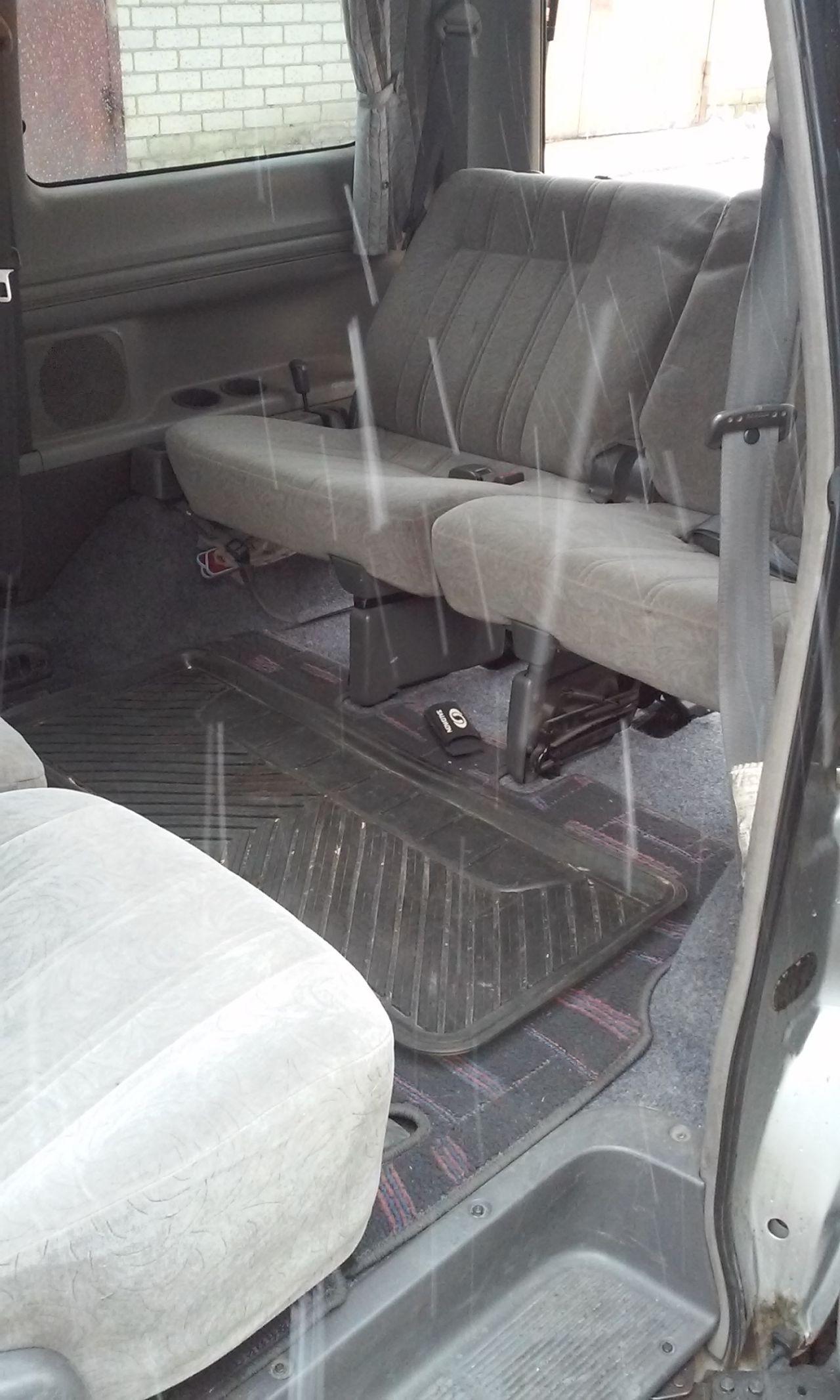 Или вот так: 2 и 3 ряд напротив друг друга (дождь шёл). Причем так тоже можно ехать, ремни безопасности используются другие. А пока они спрятаны в полу.