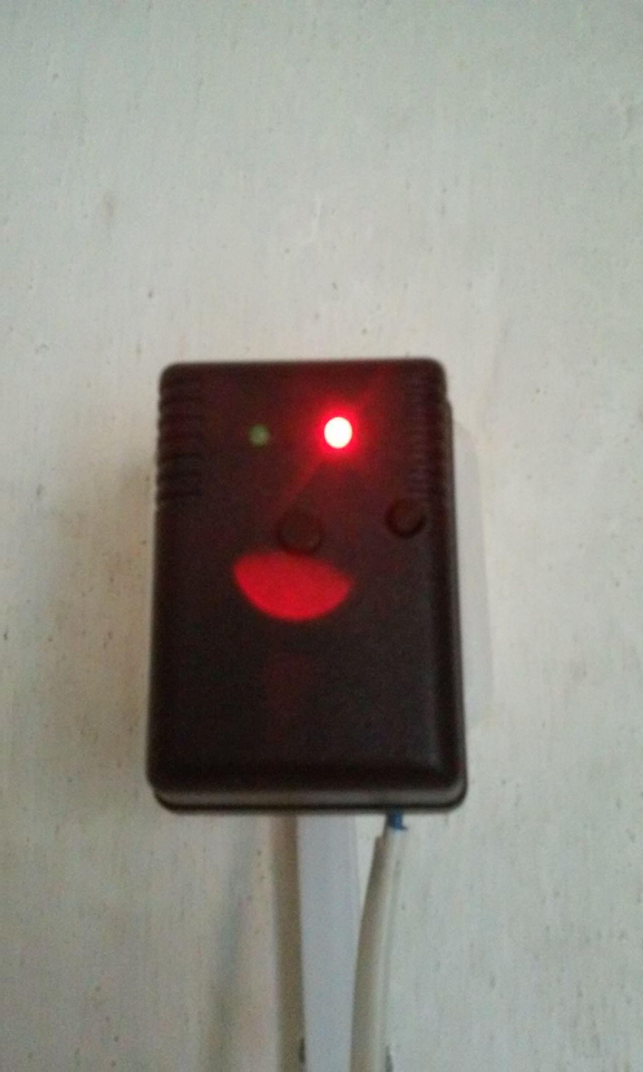 Блок GSM розетки. Красный светодиод загорается когда реле включено.