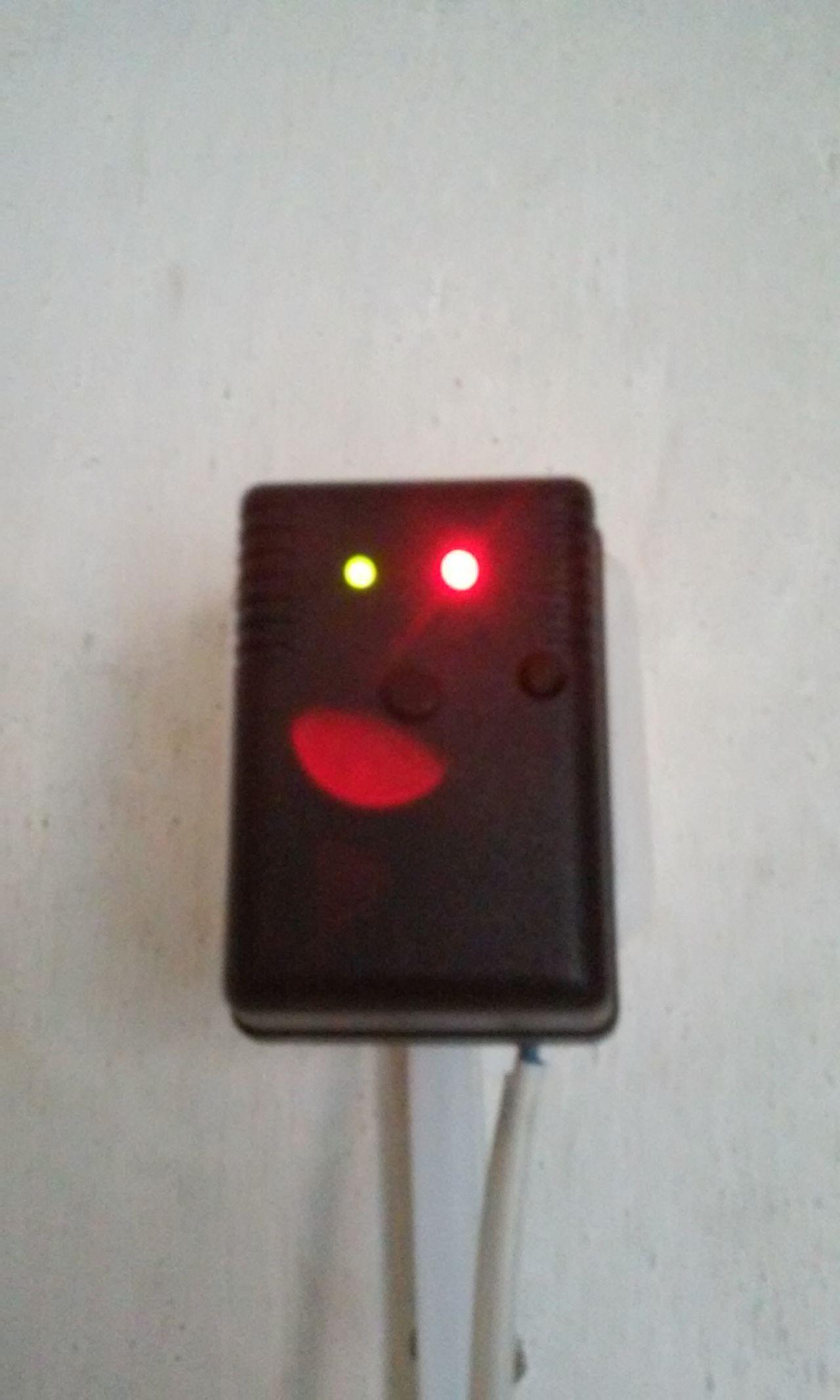 Зеленый мигает когда симка в сети (т.е. ловит сигнал GSM)