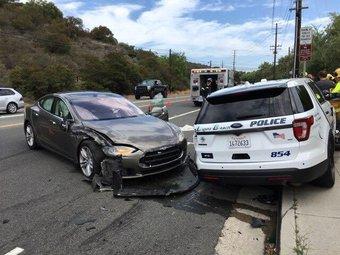 Это уже третий случай, когда Tesla под управлением автоматики врезается в стоящий автомобиль.