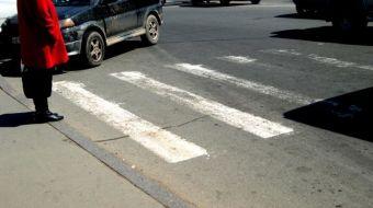 Он выявляет водителей, не пропускающих пешеходов на «зебре» по улице Тобольской.