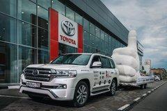 Toyota Land Cruiser 200 доставил гигантский «Лайк» из Санкт-Петербурга в Грозный