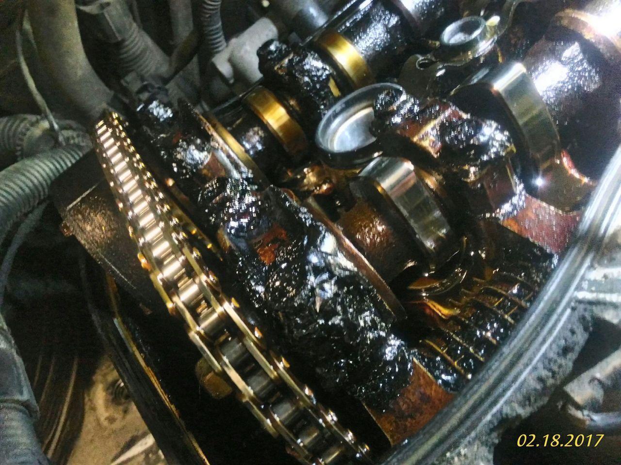 """Двигатель перед ремонтом, такой """"Гуталин"""" возникает при доливе масла, и несвоевременной замене."""