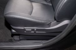Регулировка передних сидений: сиденье водителя регулируется по высоте