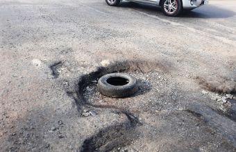 Сильные повреждения дорожного полотна наблюдаются на улице Космической.