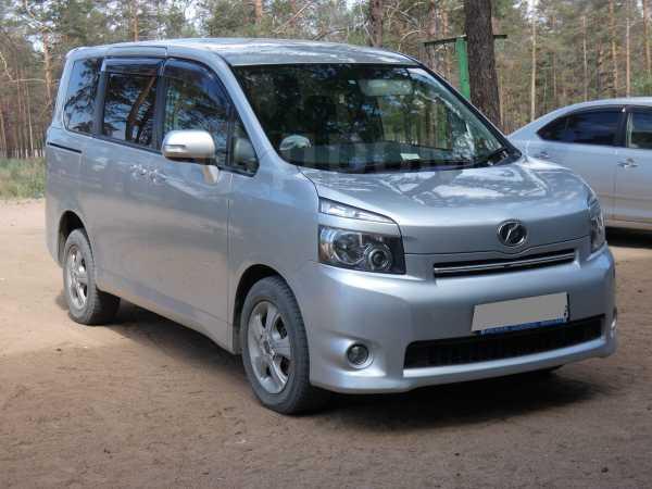 Toyota Voxy, 2010 год, 770 000 руб.