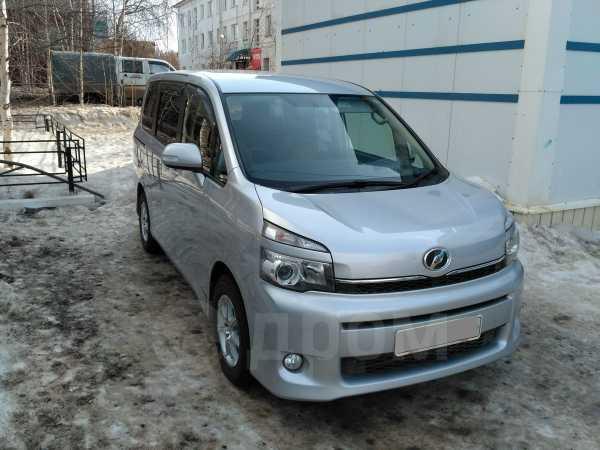 Toyota Voxy, 2010 год, 900 000 руб.