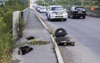 На Рудневском мосту во Владивостоке вновь появились сквозные дыры