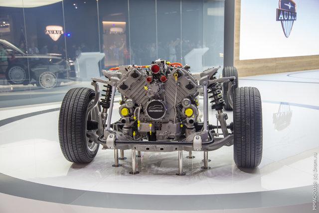 Аурус Сенат оборудован двигателем V8 мощностью 698 л.с., крутящий момент 880 Нм. Плюс электромотор на 40 л.с. и 400 Нм