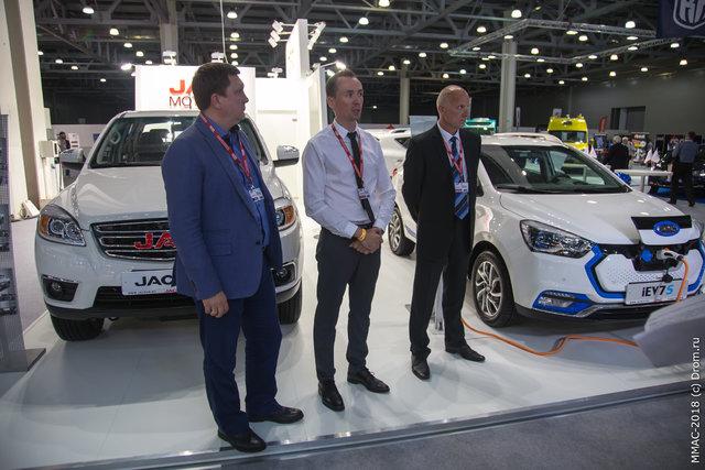 Знаете, что происходит на фото? Идет официальная пресс-конференция бренда JAC на Московском автосалоне 2018. Скромно? Зато душевно!