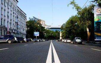 На некоторых привычных для водителей местах поворота прерывистую линию заменили двойной сплошной.
